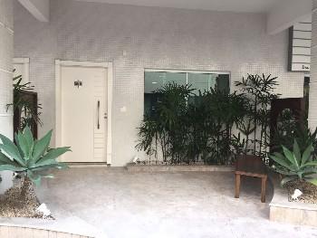 Sala com 1 vaga de garagem privativa.